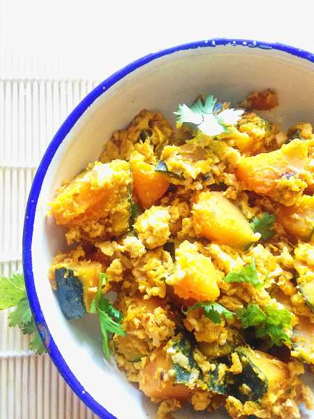 Thai Stir-Fried Pumpkin with Eggs! Love how this traditional Thai dish becomes a quick, homey weeknight meal with just a few ingredients like pumpkin, garlic and eggs! | thai-foodie.com