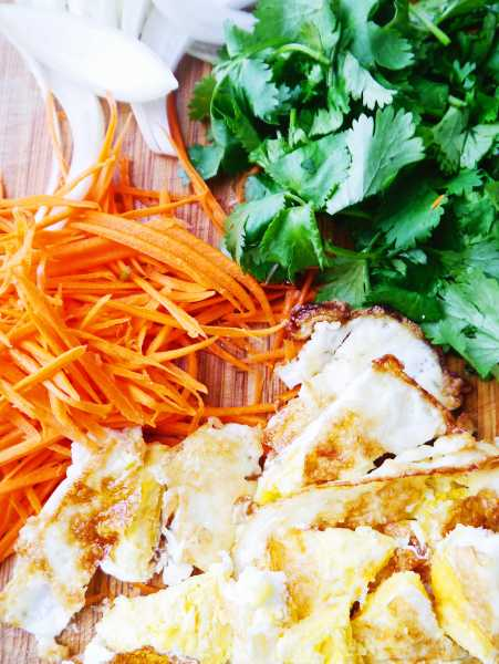 Spicy Thai Fried Egg Salad, perfect combo of fresh, zesty flavors: spicy Thai chili peppers, crispy fried egg, crunchy onion, lip-smacking lime and cool cilantro! Thai egg salad will rock your tastebuds' world!   thai-foodie.com